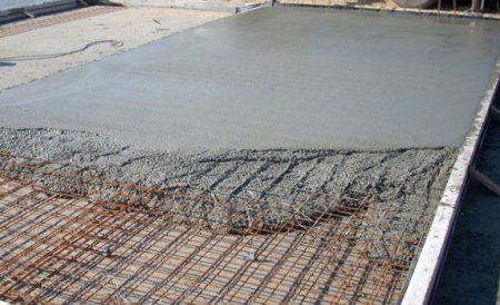 Фото: Заливка бетонной смеси по каркасу из арматуры