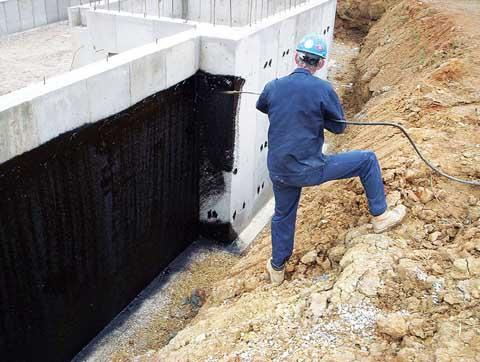 Фото: Обмазочная гидроизоляция фундамента