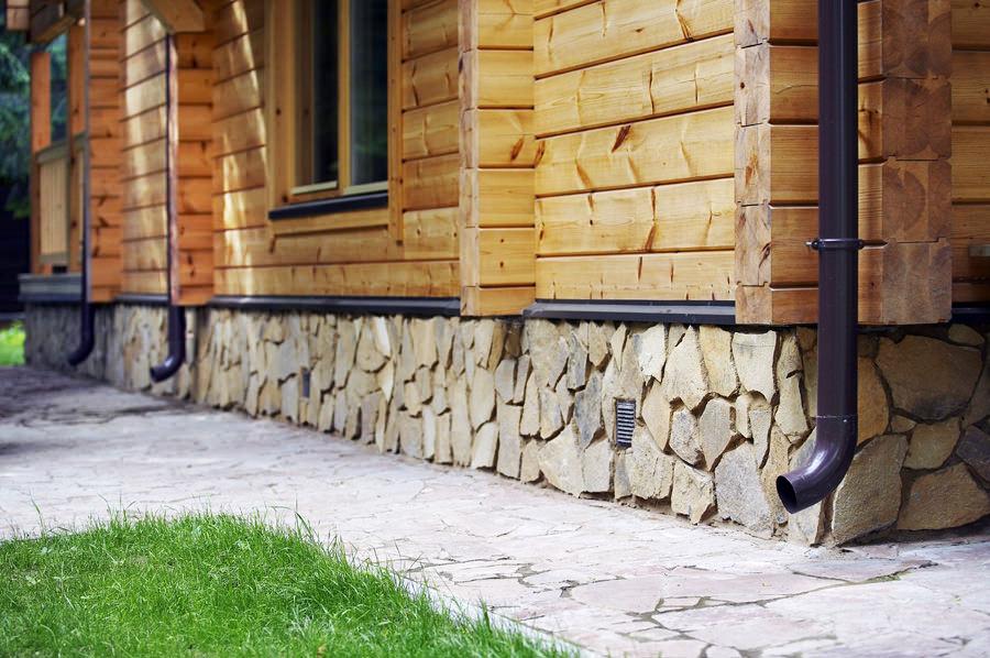 Фото: Фундамент отделанный натуральным камнем