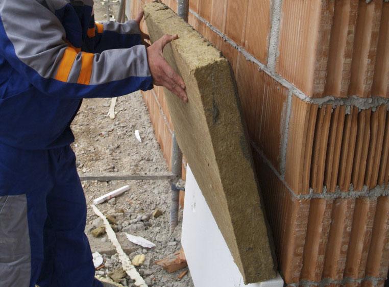Фото: Минеральная плита плотно прижимается к стене