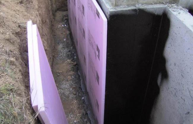 Фото: Монтаж листов пенополистирола на гидроизоляцию