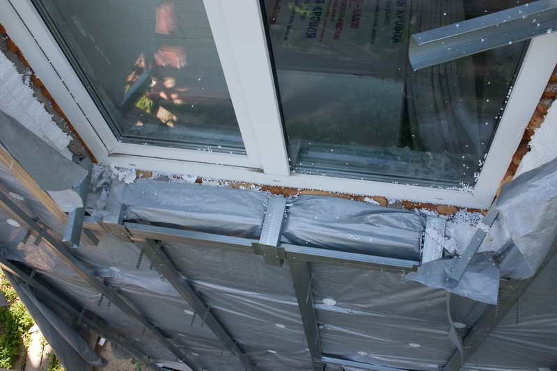 Фото: Обустройство обрешетки вокруг окна