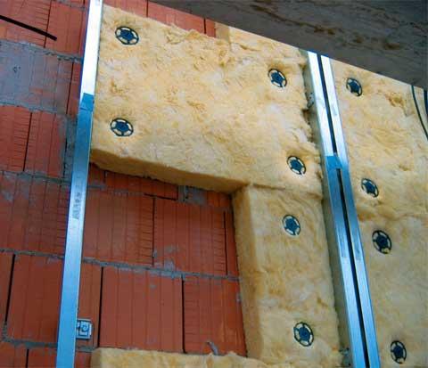 Фото: Для кирпичных строений также возможно использование минваты