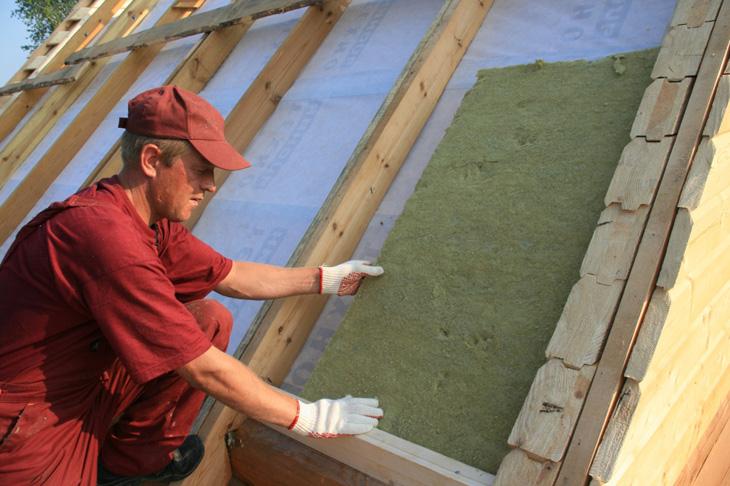 Фото: Укладка утеплителя производится между направляющих каркаса