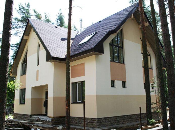 Фото: На заключительном этапе, оштукатуренный фасад покрывают эластичной краской для фасада