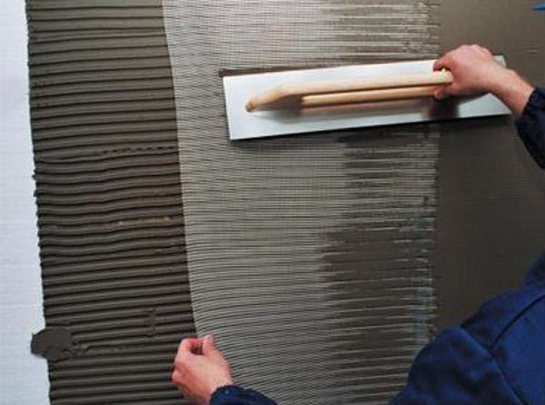 Фото: Для армирования лучше использовать шпатель размером от 30 см.