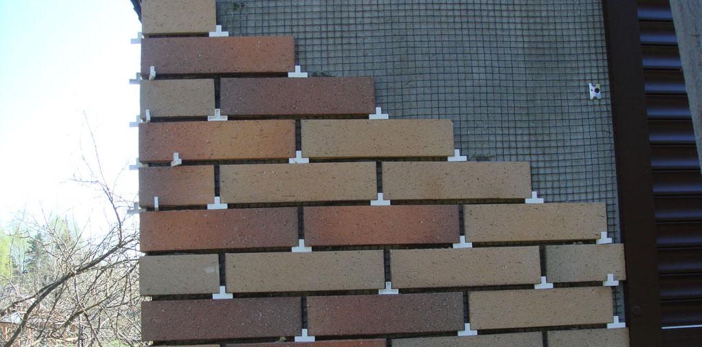 Фото: При кладке используются строительные крестики для швов