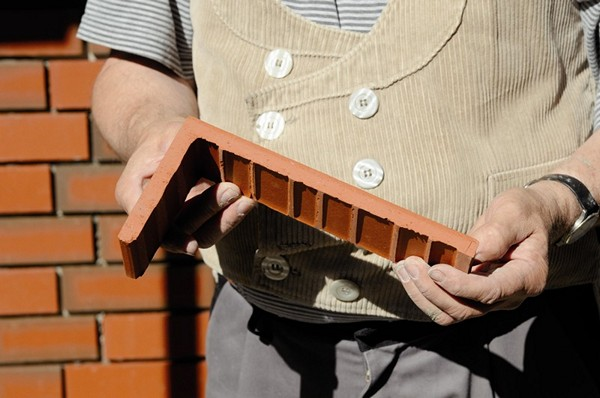 Фото: Г-образная форма материала используется для отделки углов