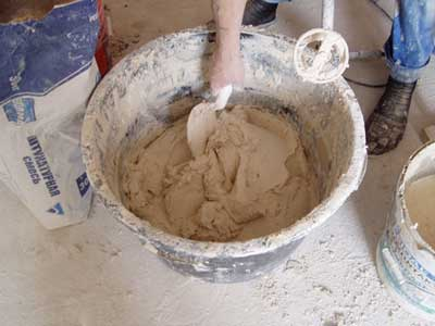 Фото: Приготовление сухой смеси при помощи строительного миксера