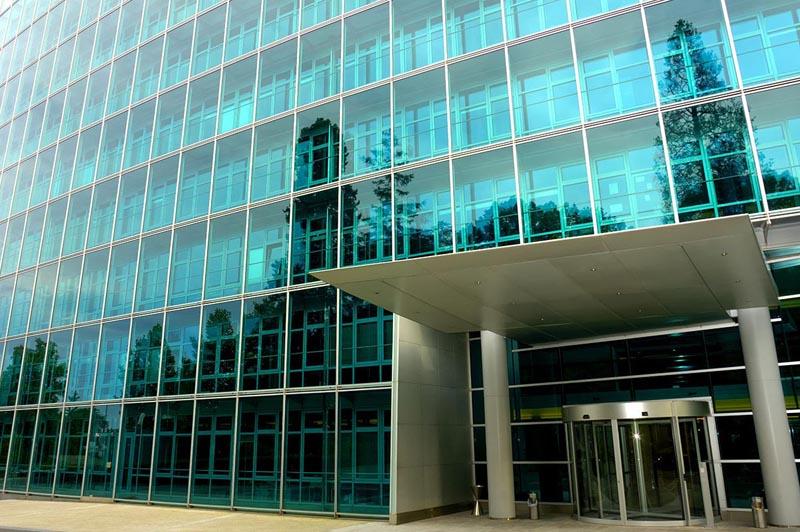 Фото: Применение ламинированного стекла в городской архитектуре