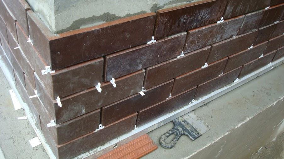 Фото: Для создания одинакового швов между клинкером используют строительные крестики