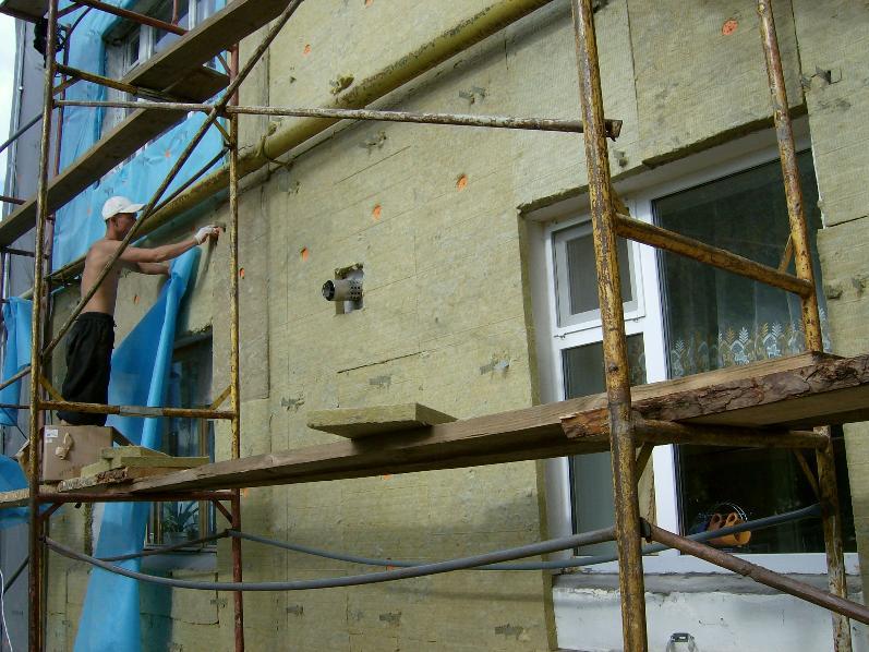 Фото: Монтаж теплоизоляции осуществляется поверх кронштейнов