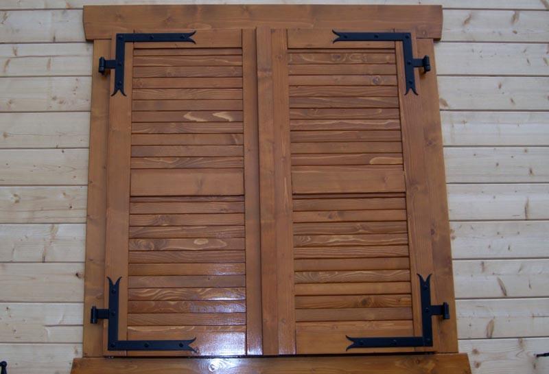 Фото: Нанесении лакокрасочного покрытия на деревянные изделия