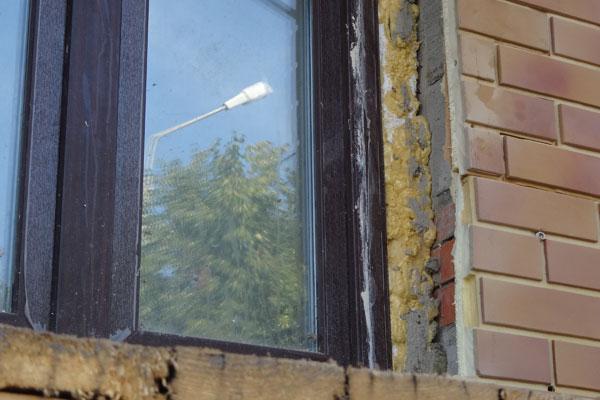 Фото: Монтажная пены после установки стеклопакета