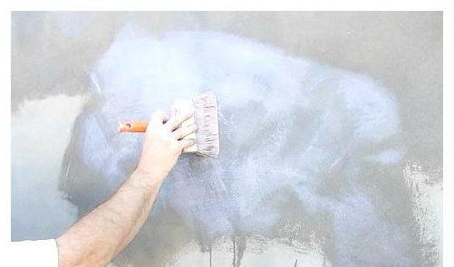 Фото: Грунтовка фасада значительно улучшает сцепление нового покрытия с поверхностью