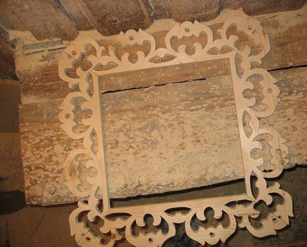 Фото: При монтаже верхних, нижних и боковых планок можно использовать специальный клей