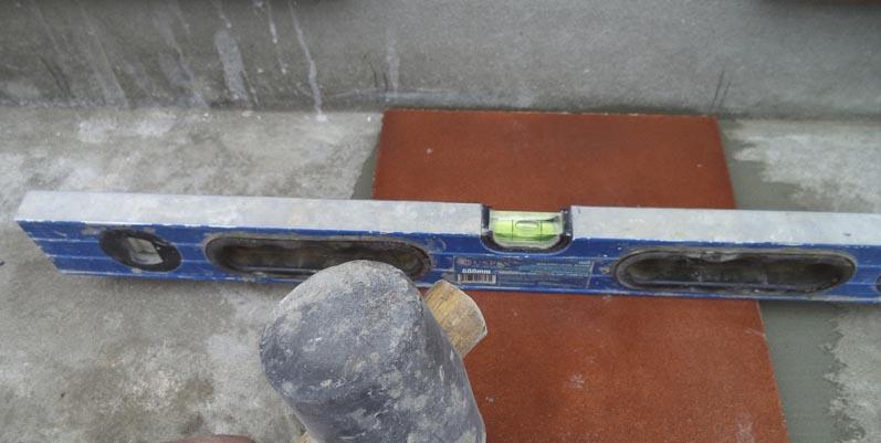 Фото: Проверка по уровню после укладки на поверхность