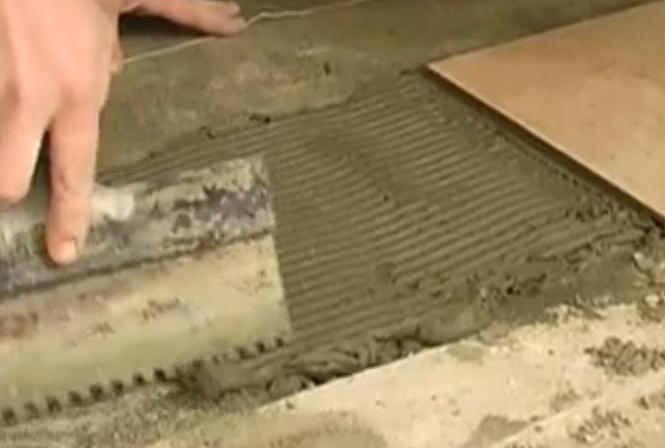 Фото: Раствор наносится тонким слоем и разравнивается шпателем