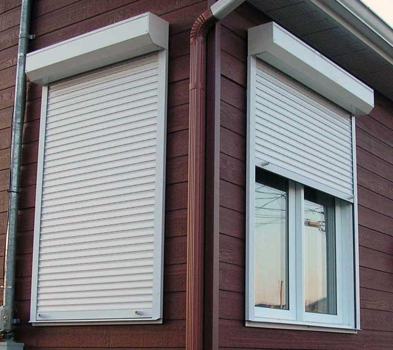 Фото: Защитные конструкции на окна не только оберегают от проникновения