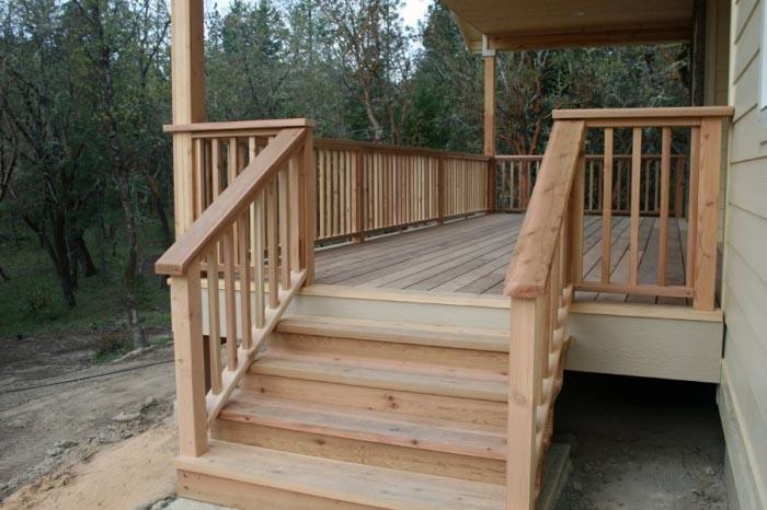 Фото: Защитные ограждения для крылечных лестниц из дерева