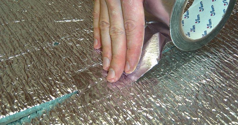 Фото: При стыковке рулонных материалов соединение проклеивается скотчем