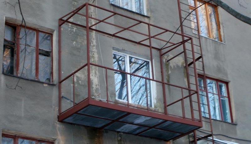 Фото: Каркас после сборки и фиксации на стене здания
