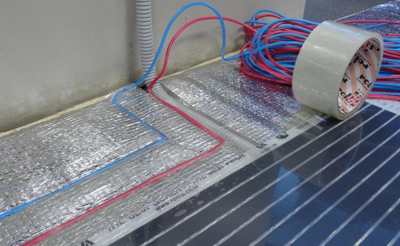 Фото: Укладка нагревательных элементов на теплоизоляционный слой