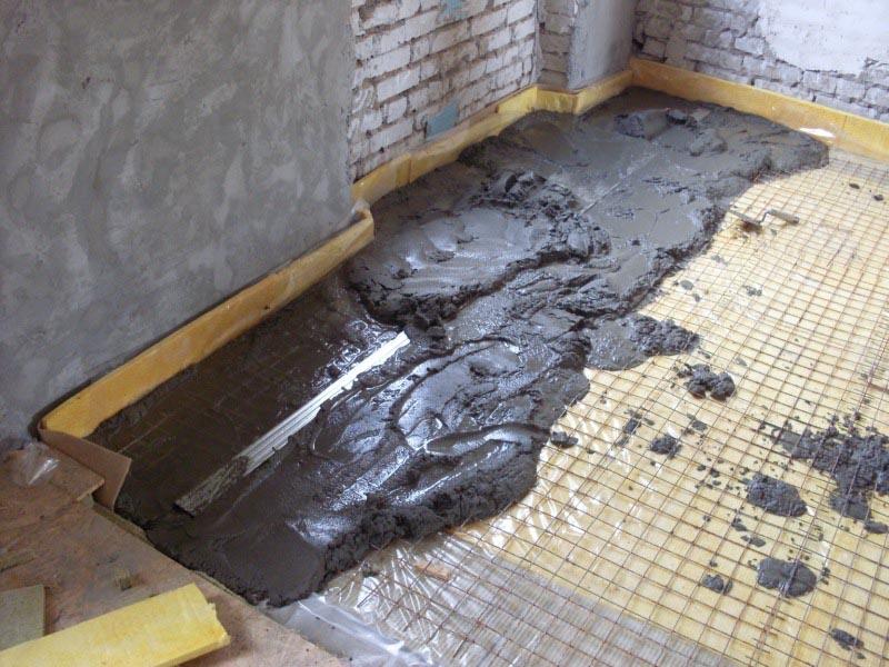 Фото: По периметру комнаты располагается температурный шов