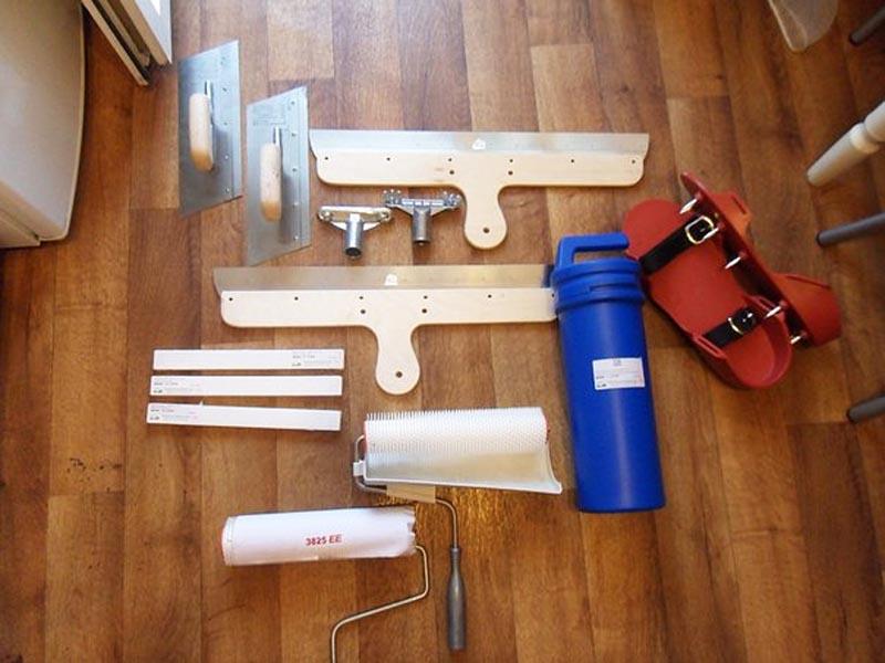 Фото: Валик и другой инструмент для работы с жидкими растворами