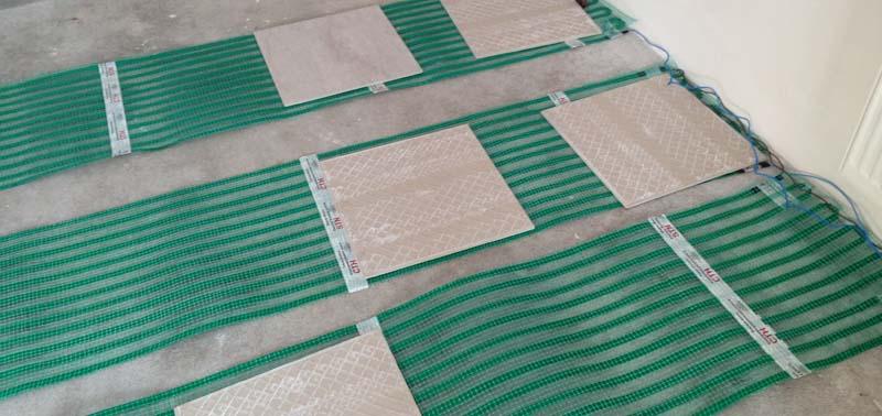 Фото: Нагревательные элементы на армирующей сетке