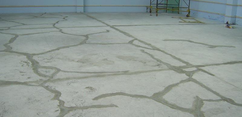 Фото: Для затирки трещин и швов нужно использовать только рекомендуемые смеси
