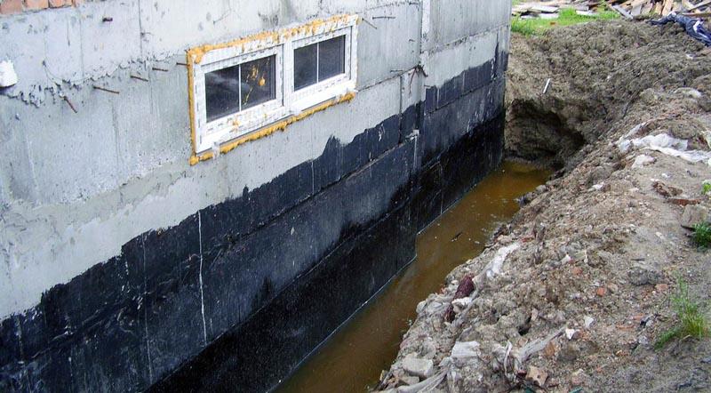 Фото: Скопление воды около фундамента