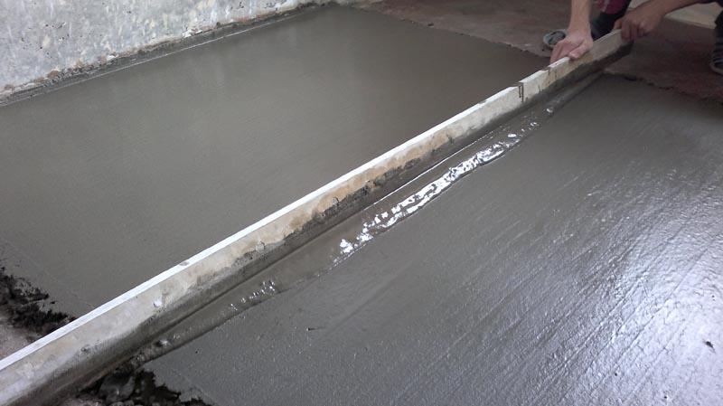 Фото: Добавление присадок заметно упрощает распределение бетонной стяжки