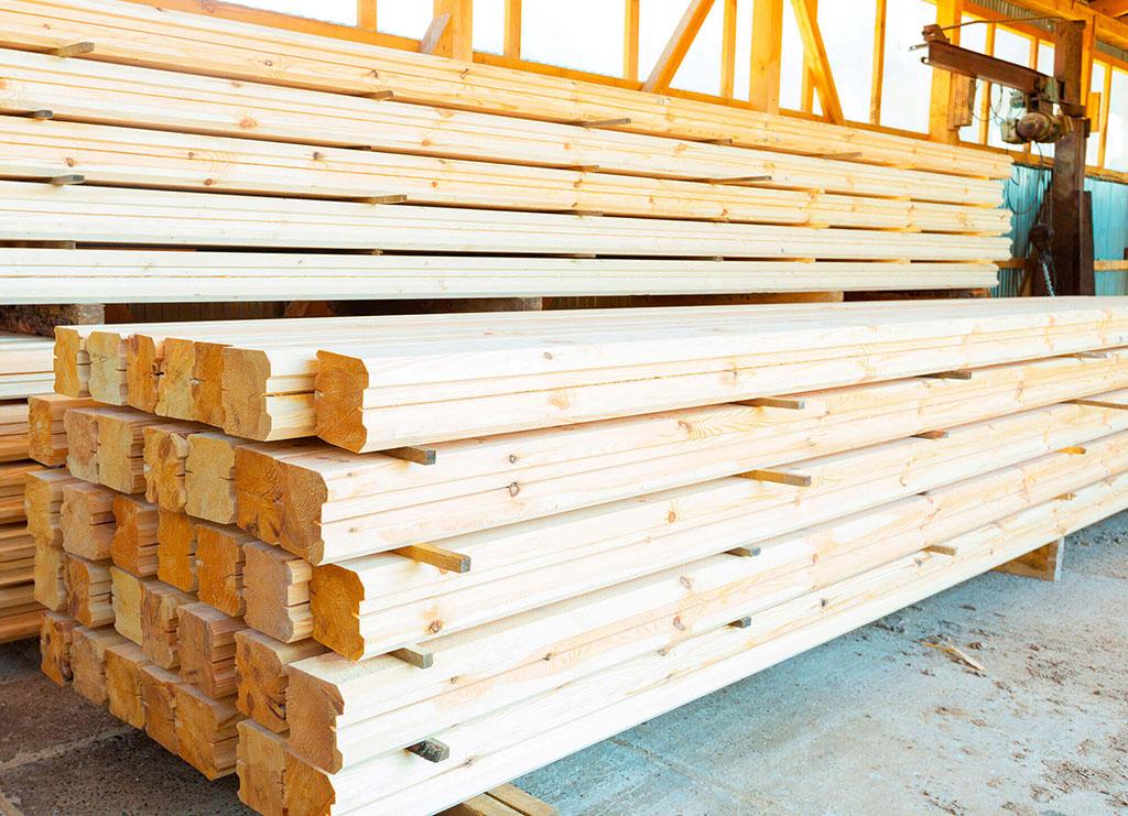 Фото: Клееный брус на складе перед погрузкой