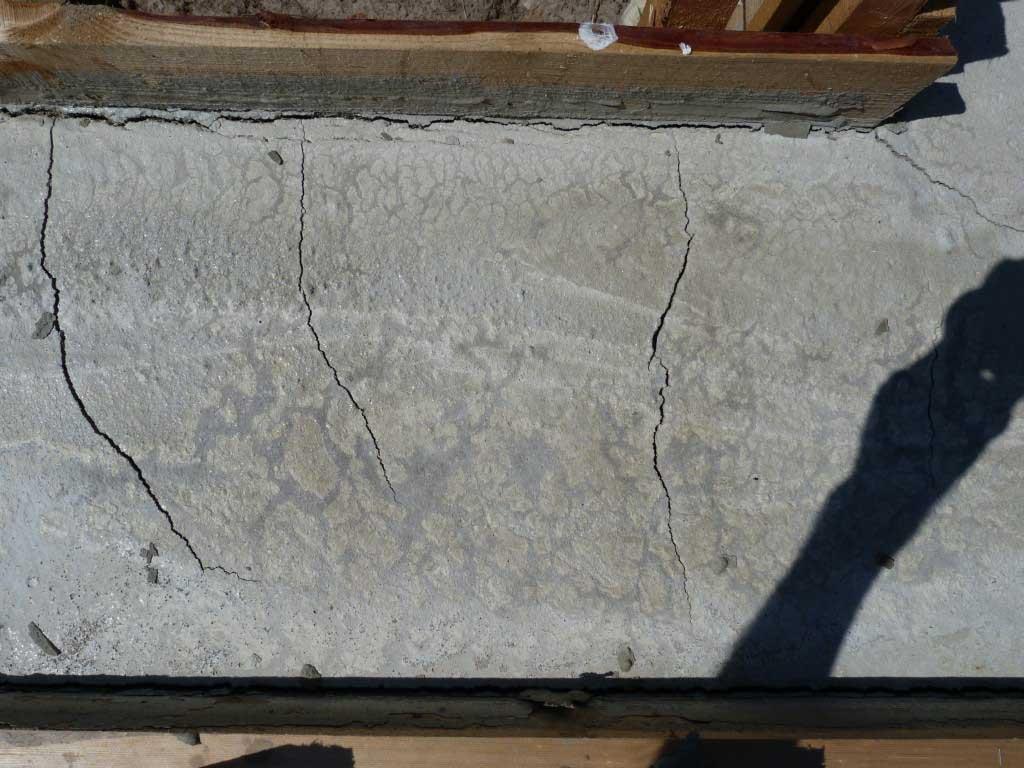 Фото: Трещины на поверхности фундамента