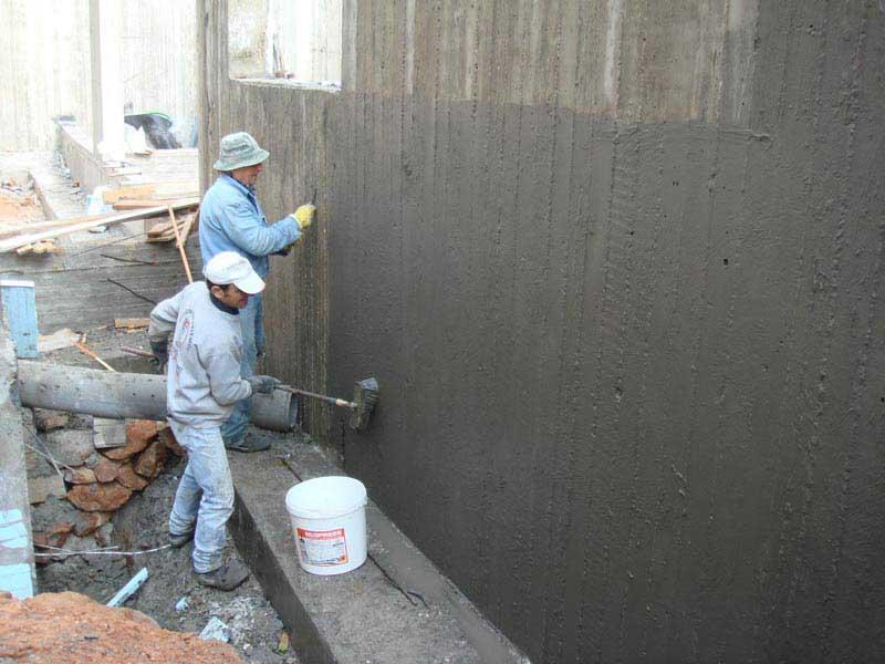 Фото: Нанесение цементно-полимерной изоляция
