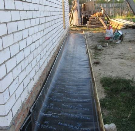 Фото: Уложенная гидроизоляция в виде рубероида