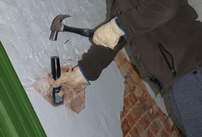 Фото: Удаление старой отделки со стен