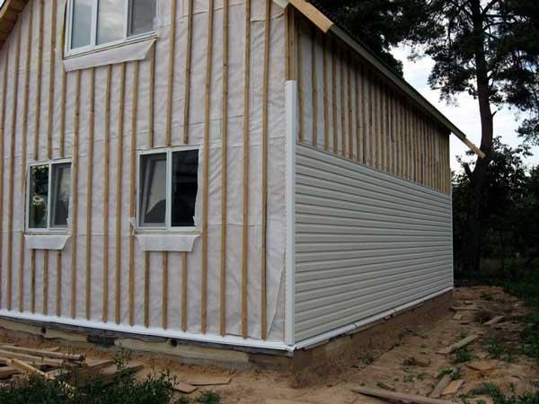 Фото: Установка сайдинга на деревянный дом