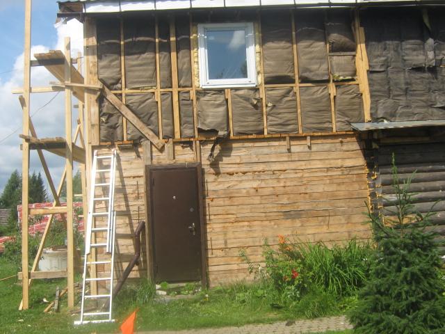 Фото: С поверхности стены необходимо удалить все выступающие части