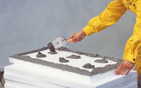 Фото: Нанесение клеевого раствора по периметру полотна