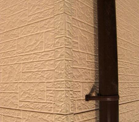 Фото: Внешний угол скрывает стыковку облицовки по углам строения