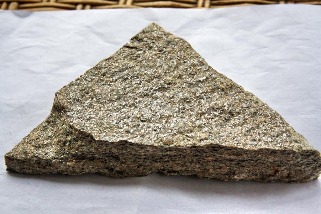 Фото: Натуральный сланец используется для облицовки цоколя