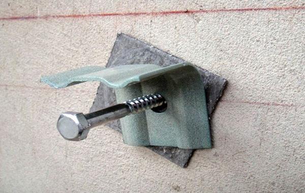 Фото: Для монтажа конструкции преимущественно используются кронштейны