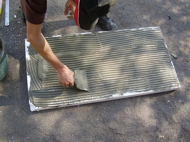 Фото: Нанесения клея на поверхность утеплителя