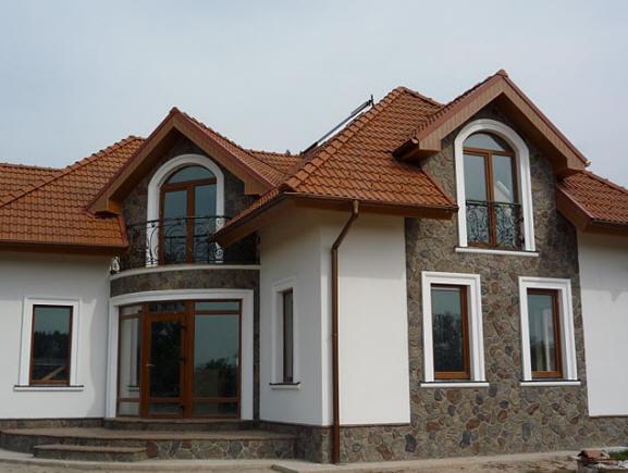 Фото: Комбинирование финишной шпатлевки и фасадного камня на фасада дома