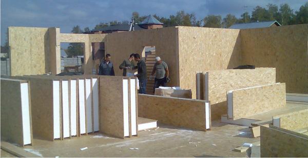 Фото: При работах с малоэтажными зданиями, установка может выполняться с участием минимального количества людей