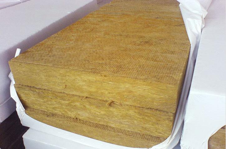 Фото: В качестве теплоизоляции рекомендуется использовать минеральную вату
