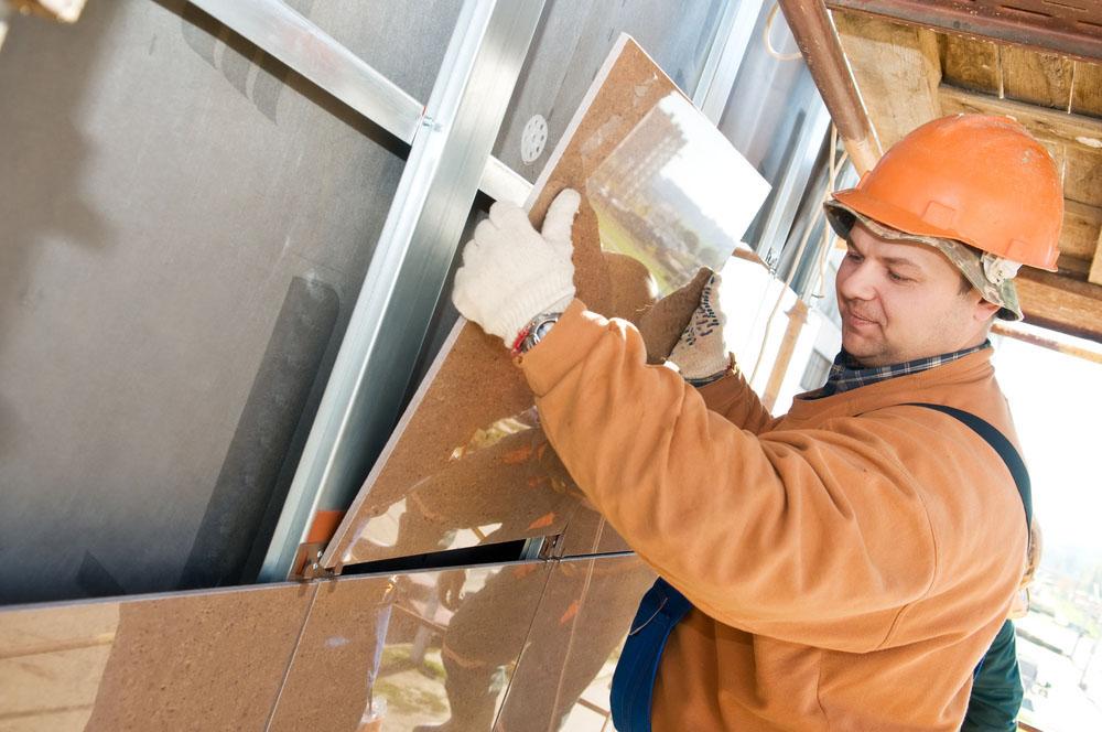 Фото: Монтаж керамогранита на заранее установленные кляммеры