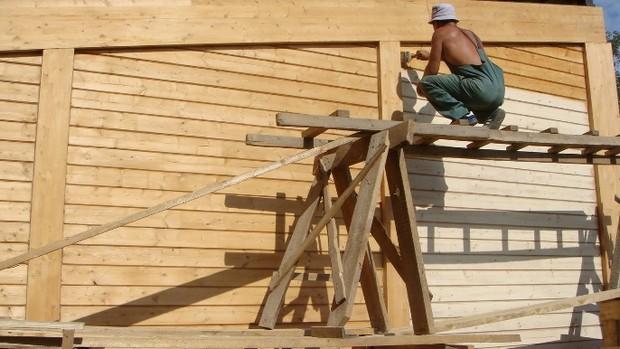 Фото: Для малярных работ на высоте лучше всего использовать строительные леса